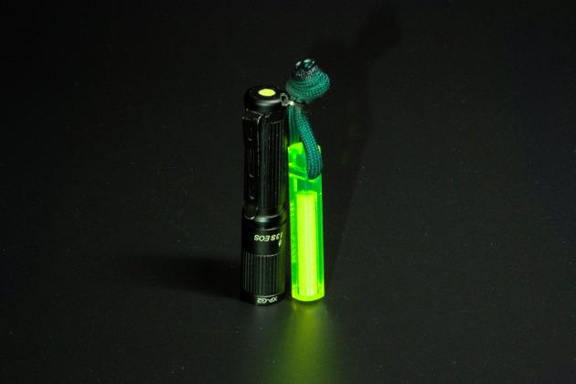 Latarka Olight i3S z breloczkiem Nitestik i wkomponowaną w tylną część warstwą proszku fluorescencyjnego