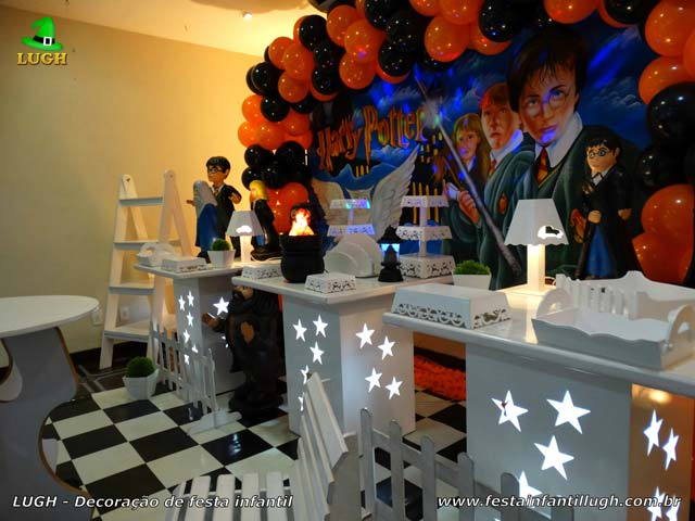 Mesa decorada tema Harry Potter para festa de aniversário