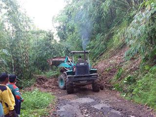 Alat Berat Mulai Bersihkan Material Longsor di Kecamatan Bendungan