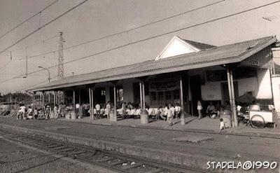 Sejarah Depok       Dulu, Pondok Cina hanyalah hamparan perkebunan dan semak-semak belantara yang bernama Kampung Bojong. Awalnya hanya sebagai tempat transit pedagang-pedagang Tionghoa yang hendak berjualan di Depok. Lama kelamaan menjadi pemukiman, yang kini padat sebagai akses utama Depok-Jakarta. Kota Madya Depok (dulunya kota administratif) dikenal sebagai penyangga ibukota. Para penghuni yang mendiami wilayah Depok sebagian besar berasal dari pindahan orang Jakarta. Tak heran kalau dulu muncul pomeo singkatan Depok : Daerah Elit Pemukiman Orang Kota. Mereka banyak mendiami perumahan nasional (Perumnas), membangun rumah ataupun membuat pemukiman baru. Pada akhir tahun 70-an masyarakat Jakarta masih ragu untuk mendiami wilayah itu.  Selain jauh dari pusat kota Jakarta, kawasan Depok masih sepi dan banyak diliputi perkebunan dan semak belukar. Angkutan umum masih jarang, dan mengandalkan pada angkutan kereta api. Seiring dengan perkembangan zaman, wajah Depok mulai berubah. Pembangunan di sana-sini gencar dilakukan oleh pemerintah setempat. Pusat hiburan seperti Plaza, Mall telah berdiri megah. Kini Depok telah menyandang predikat kotamadya dimana selama 17 tahun menjadi Kotif.  Sebagai daerah baru, Depok menarik minat pedagang-pedagang Tionghoa untuk berjualan di sana. Namun Cornelis Chastelein pernah membuat peraturan bahwa orang-orang Cina tidak boleh tinggal di kota Depok. Mereka hanya