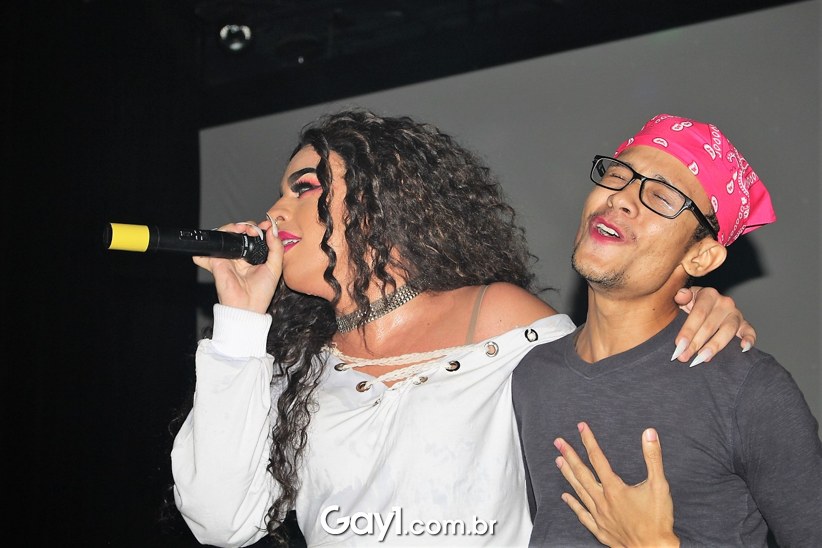 Gloria Groove apresenta show intimista de sucessos com emoção em teatro