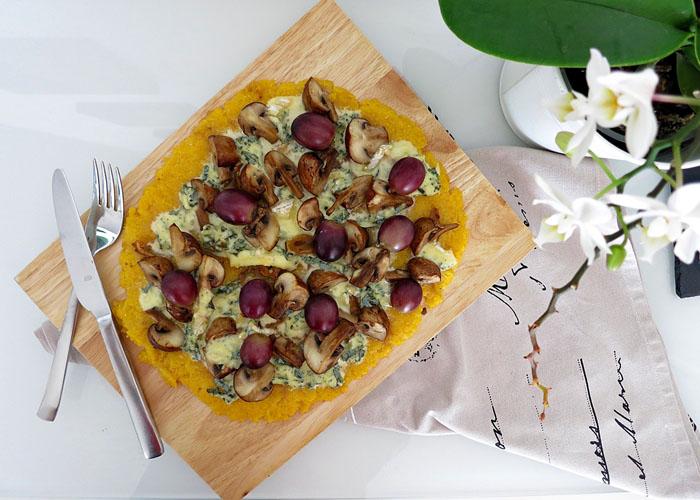 Polentapizza mit Pilzen und roten Trauben