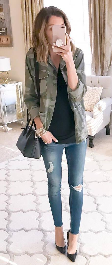 stylish look | khaki jacket + black top + bag + heels + skinny jeans