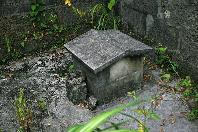 <前盛>後方にある拝所(糸満市 兼城集落)の写真