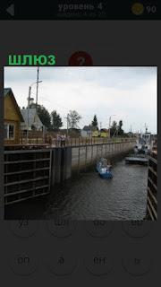 открыт и работает небольшой шлюз для лодок и малоразмерных судов