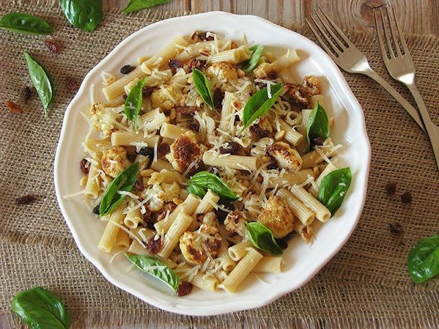 recette de pâtes avec du chou-fleur rôti, des raisins secs, des pignons, du basilic et du pecorino