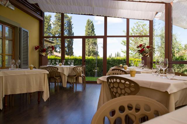 tavoli, bicchieri, sedie colazione con vista