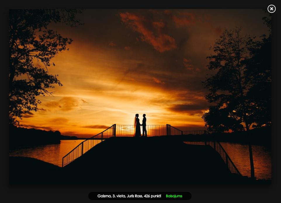 kāzu fotosesija saulrietā likteņdārzs