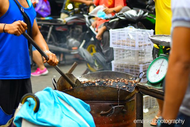 CHINATOWN PHOTOWALK 2016: Man preparing castanas