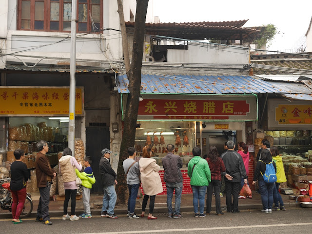 Long line at Yongxing Roasted Meats Shop (永兴烧腊店) in Guangzhou
