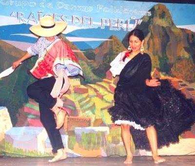 Foto de pareja vestidos de Tondero en el escenario