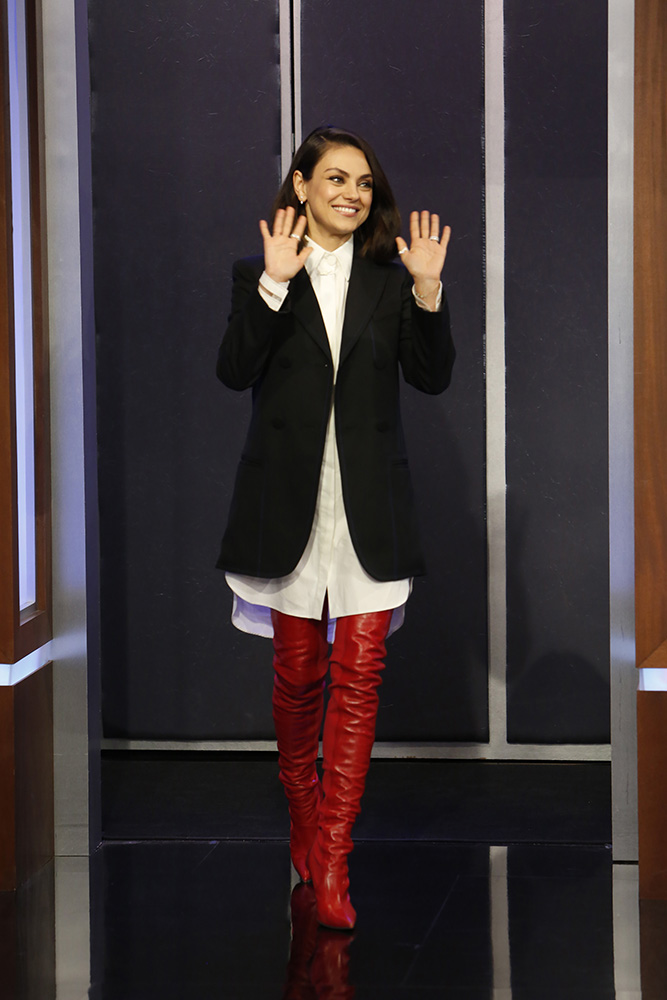 Mila Kunis stivali alti rossi