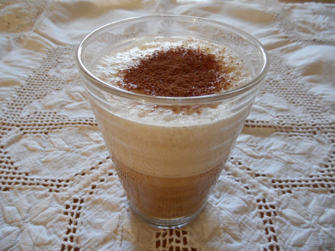 Cappuccino con uovo, olio di cocco e caffe