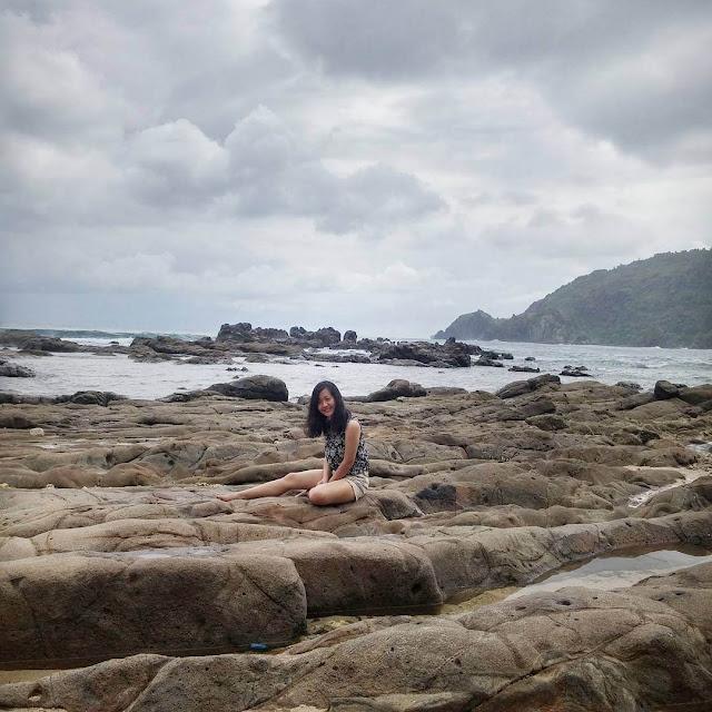 foto pemandangan di pantai wediombo jogja