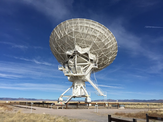 One of the radio antennas of the Very Large Array in New Mexico