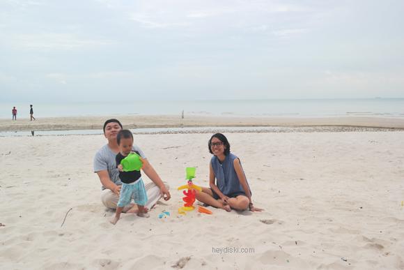 liburan keluarga ke pantai