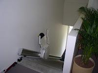 Krzesełko schodowe z prostym torem jezdnym zamontowanym do ściany