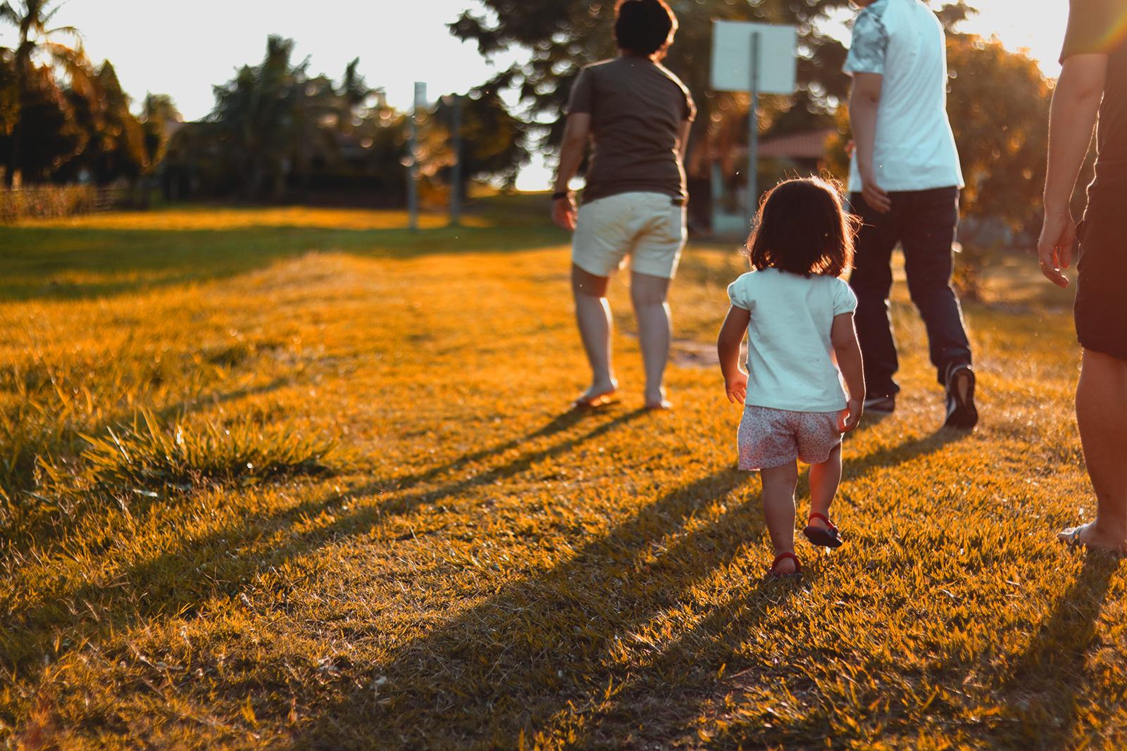 foto crianças andando na grama