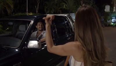 Marcos (Romulo Estrela) chega e encontra Paloma (Grazi Massafera) pedindo carona — Foto: Globo