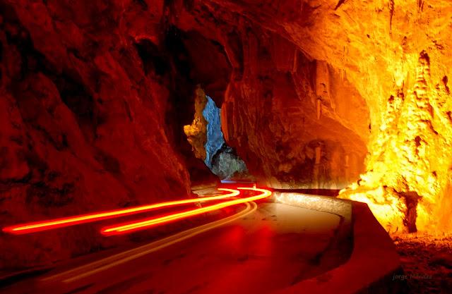 Carretera en interior de la Cuevona