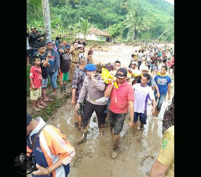 Foto : TAGANA, POLRI, TNI dan Warga evakuasi korban bencana banjir bandang Desa Sukakerti, Kec. Cisalak.