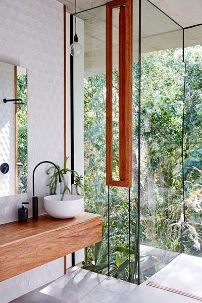 salle de bain bois blanc et verre sur la jungle