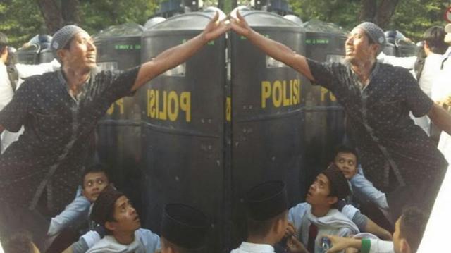 Lihat Apa Yang Diambil Pria Ini Dari Balik Tameng Polisi, Netizen Terharu Saat Mengetahuinya . .