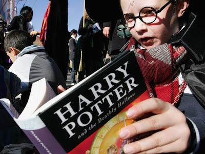 Διαβάζοντας τα βιβλία του Χάρι Πότερ