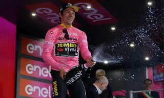 Primoz Roglic in maglia rosa sul podio della prima tappa del Giro d'Italia 2019