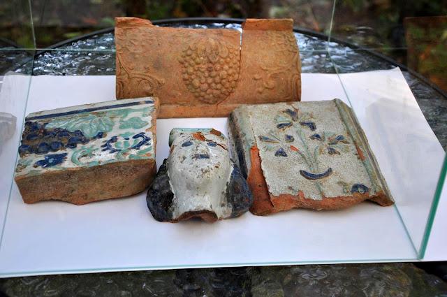wystawa ceramicznych kafli z nowożytnego pieca w dworze Rogalińskich w Dzwonowie