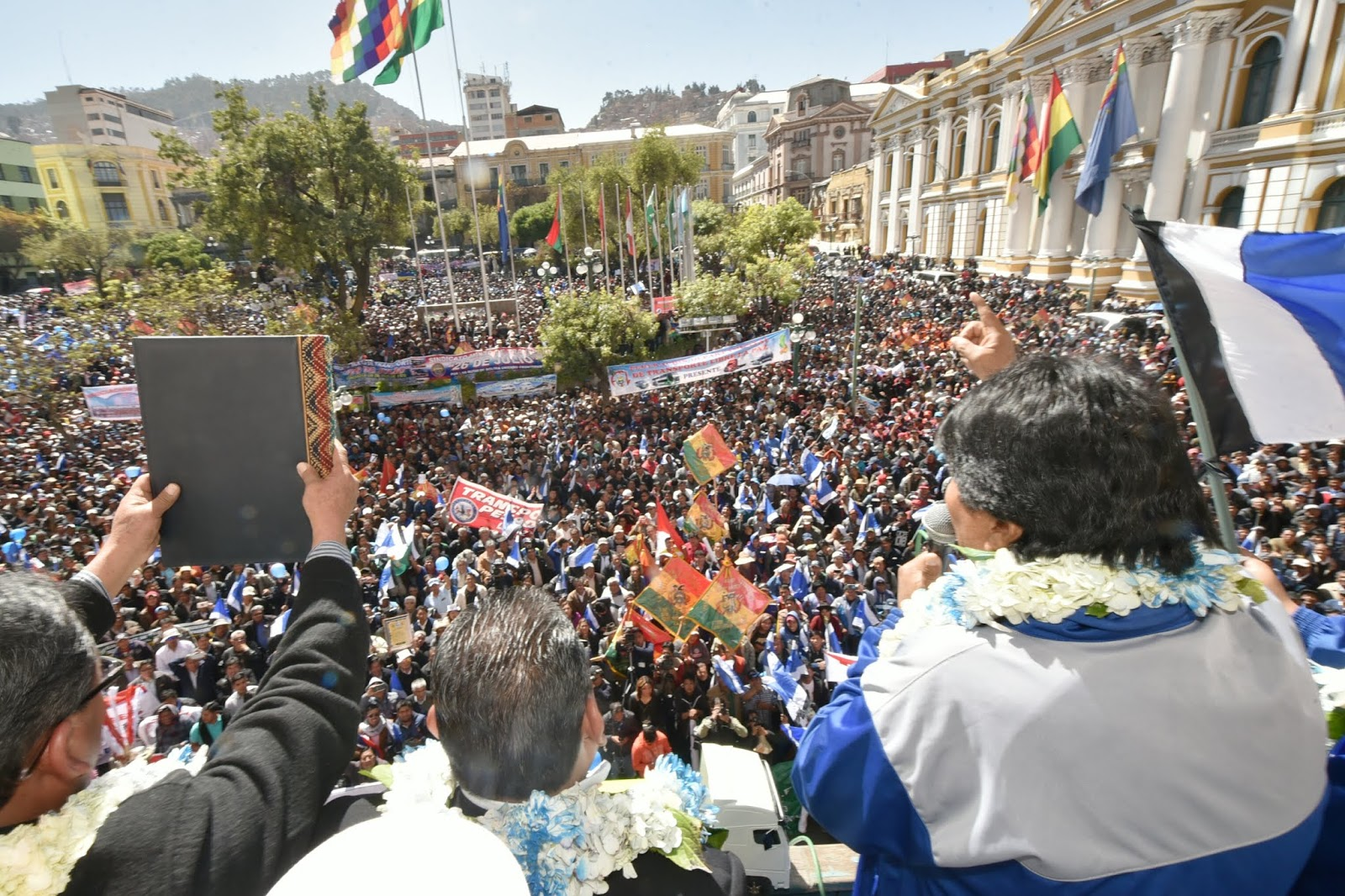 Miles de transportistas entraron a Plaza Murillo para escuchar el discurso político de Morales / ABI