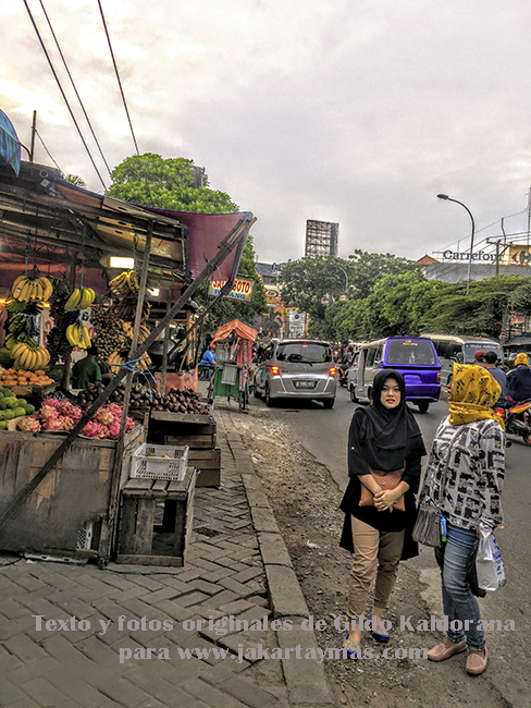 Acera y mujeres en Yakarta