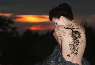 tato di punggung perempuan