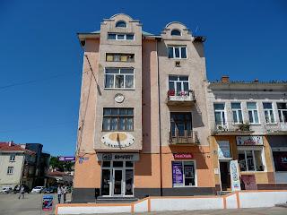 Калуш. Площа Героїв, 2 і сонячний годинник на фасаді