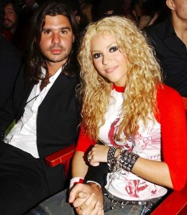 Foto de Shakira sentado al lado de Antonio de la Rúa