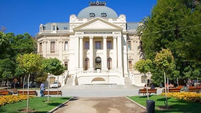 Visitar os museus de santiago no mês de julho
