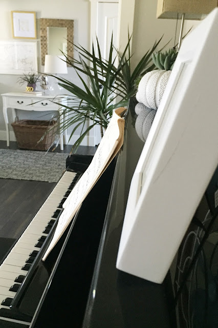 How to Style a Piano. Includes styling and cleaning tips. #piano #pianoroom