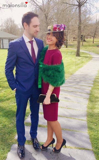 Invitada a boda con vestido berenjena de Asos, escote en la espalda y estola de pelo verde, combinado con canotier Juno y bolso de terciopelo verde