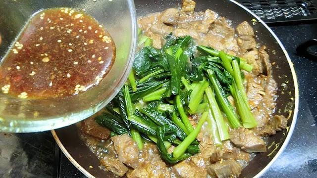 牛肉が焼けたら小松菜と漬けだれを加えて炒め煮にする