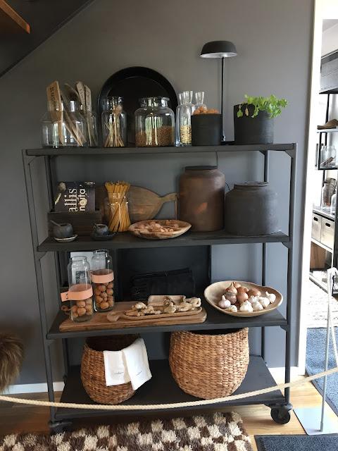 musta hyllykkö, rottinkikori, asuntomessut, maustehyllykkö, mausteet nätisti esille, pastat esille