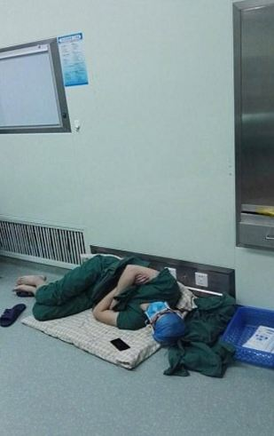 Surgeon Sleeping on the Hospital Floor After Doing 5 Surgeries on Different Patients for 28 Hours Dubbed as Doctor Hero! Read the Full Story Here!