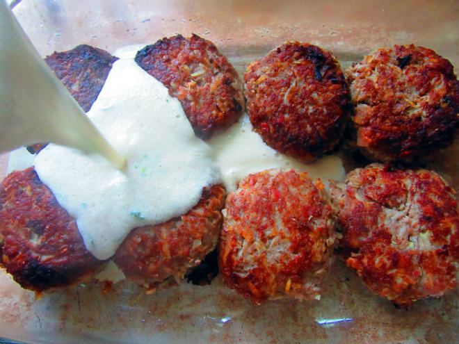 Beef and potato patties in béchamel sauce by Laka kuharica: pour the sauce over the patties.