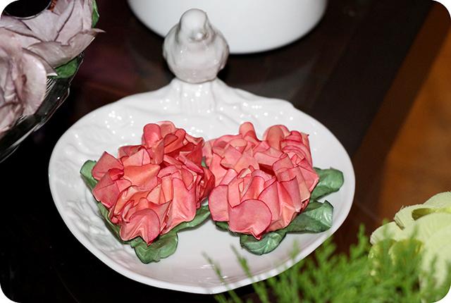 Decoração Jardim : Detalhe da Porcelana com Pássaro e Forminhas de Flores