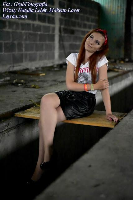 8.07.2017 Koszulka z nadrukiem, czerwona bandana, czarne szpilki, plastikowe kolorowe bransoletki, Dębica