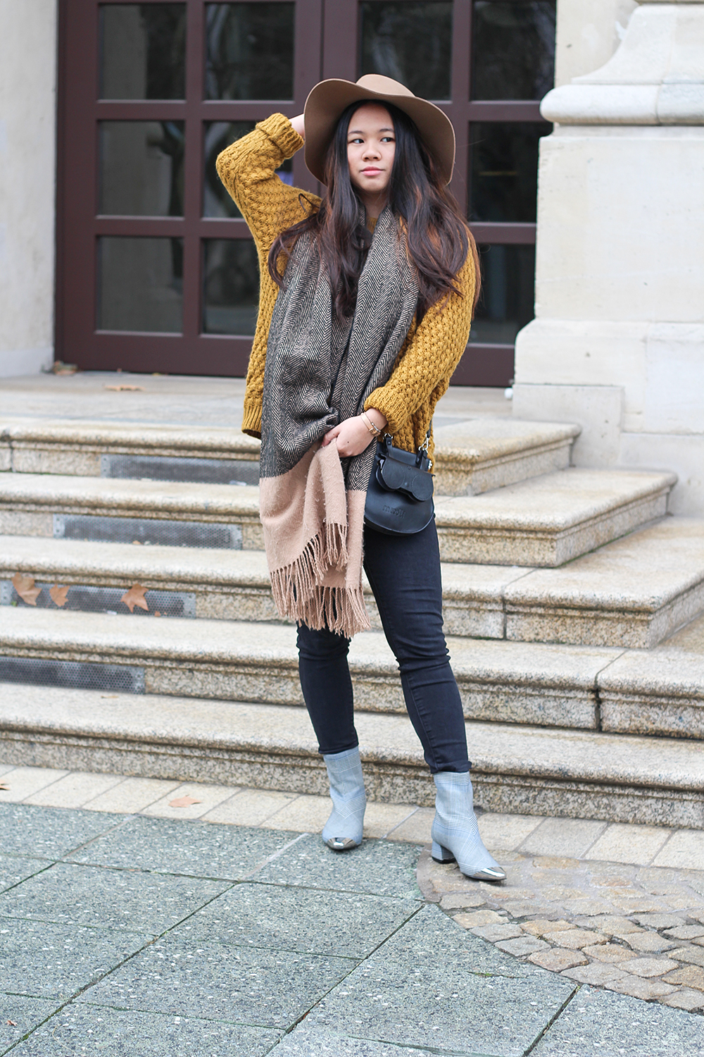 Blogger Outfit mit silbernen Ankle Boots