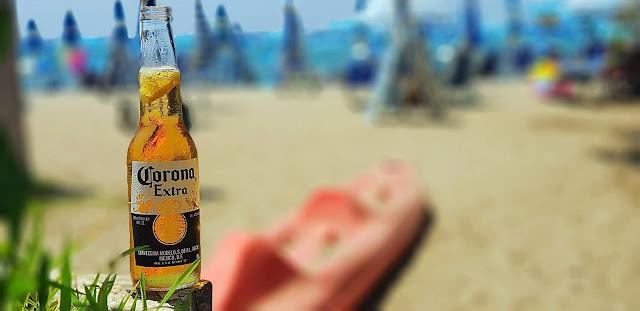 bevuta di birra corona a mezza giornata a mare