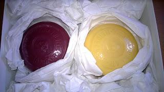 Die Seifen sind Nomals mit Weißen papier verpackt