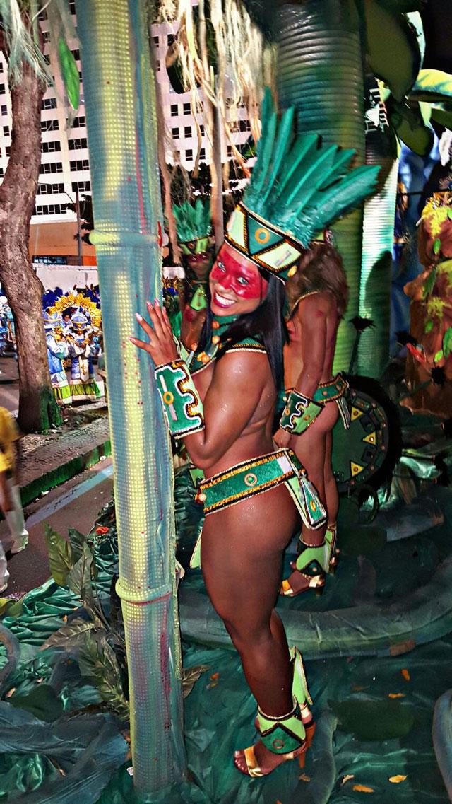A sambista Livia Duarte desfilou como destaque no carro abre-alas da Rocinha. Foto: Arquivo pessoal