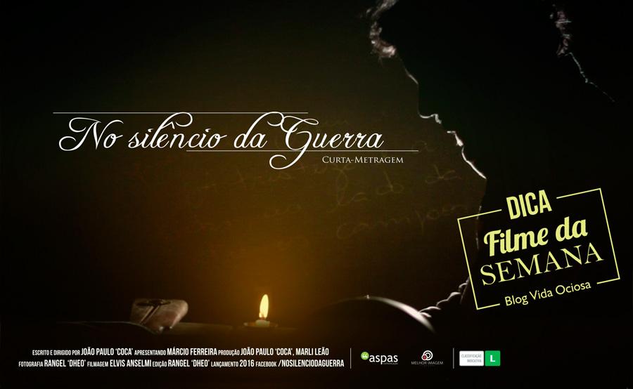 Poster do filme No silêncio da Guerra mostra um homem sentado e com cenário iluminado apenas por uma vela.