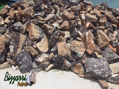 Pedra moledo, nesse tom mesclado, tipo pedra caverna, para construção de castelo de pedra.